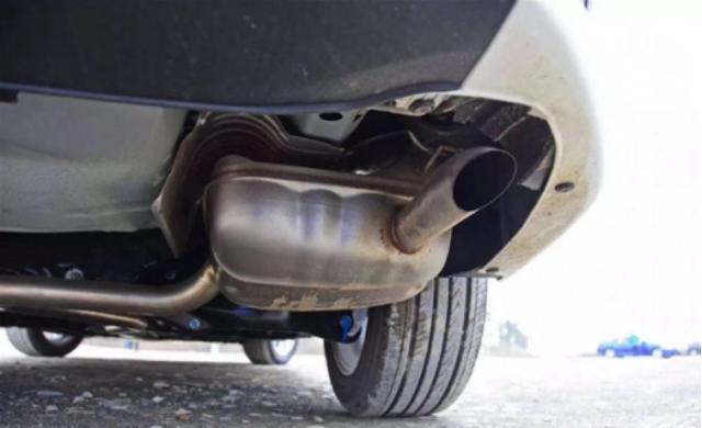 爱车排气管滴水就修?亏大了!