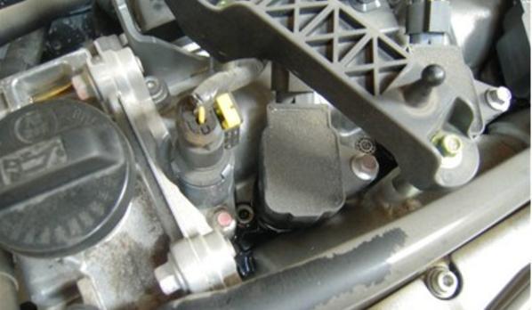 明明没走烂路,为什么发动机舱却沾满各种灰尘油渍,怎么解决?