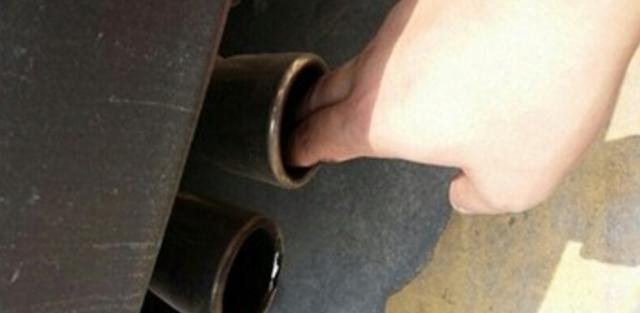 到底怎么回事?新车开不到1个月排气管就开始发黑积灰!
