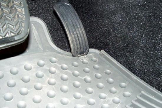汽车脚垫不是随便买随便装,一个细节不注意卡住油门刹车很危险!